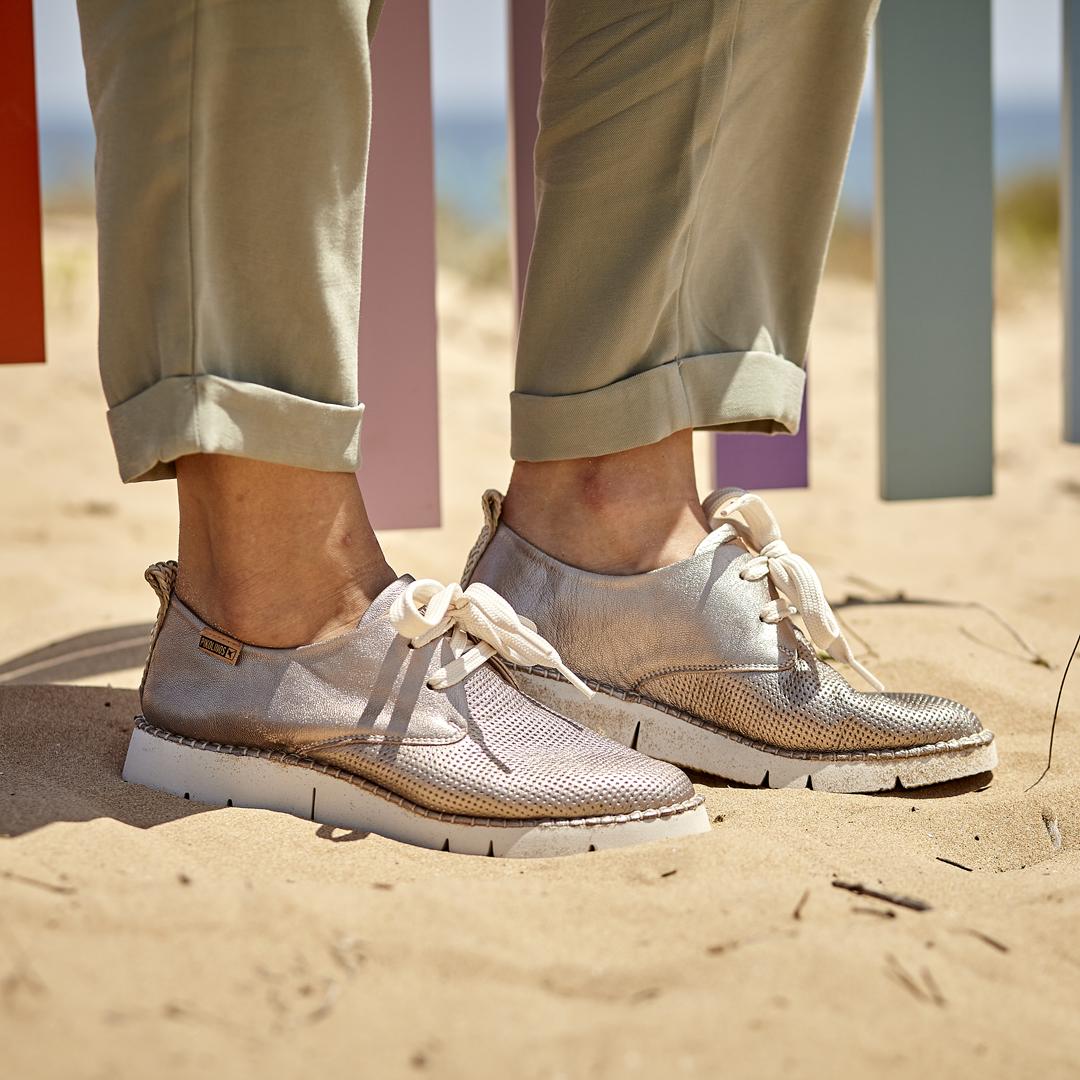 Los zapatos plateados, el color que triunfa este 2020.