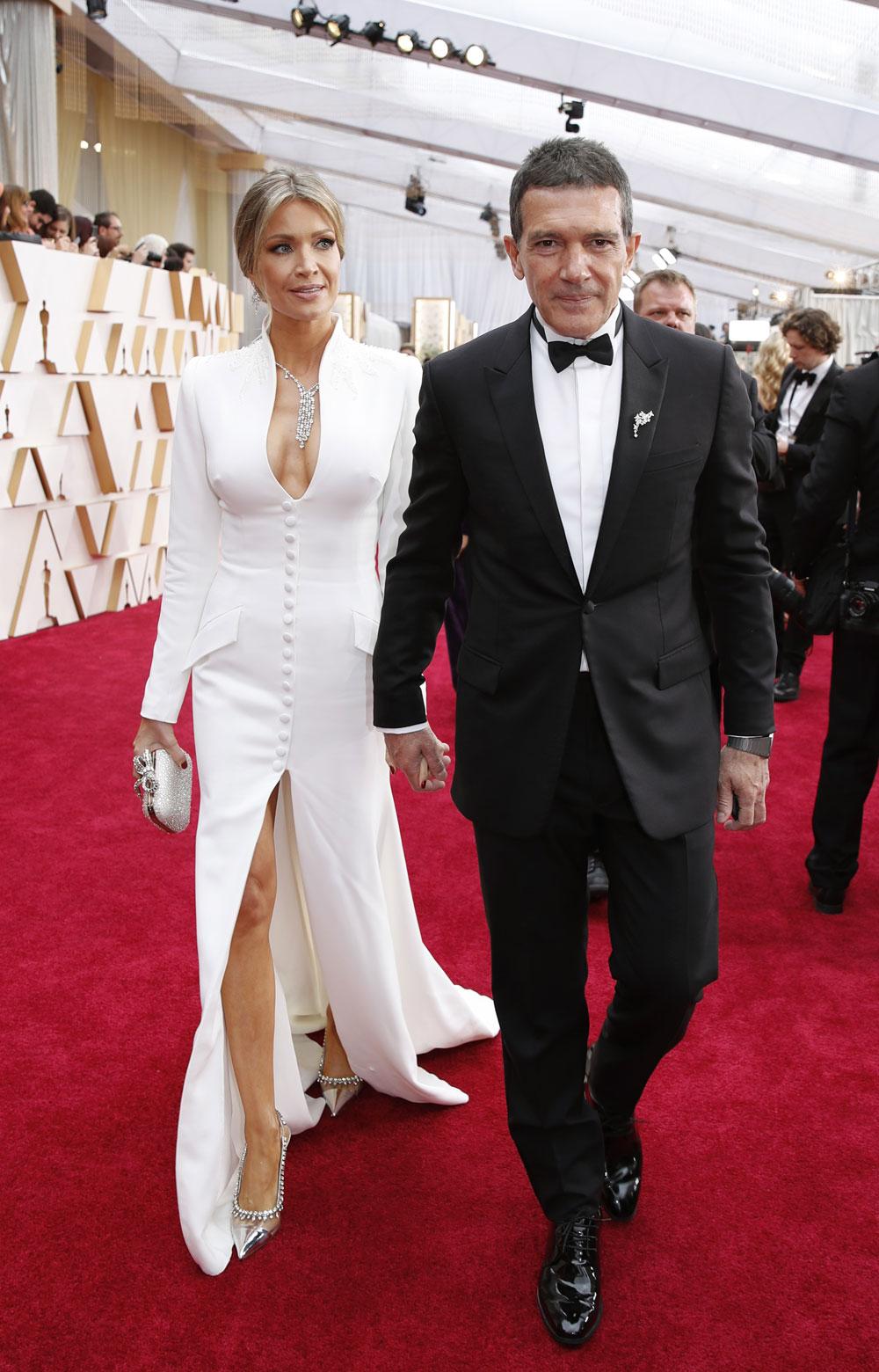Zapatos Oscars 2020: Nicole Kimpel, vestido blanco y zapatos de salón en los Oscars 2020.