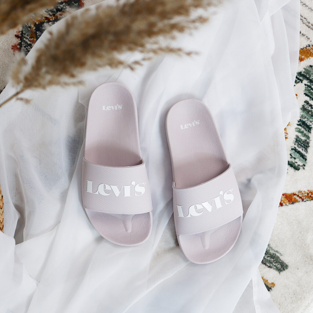 sandalias minimalistas Levi's